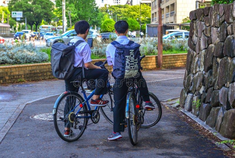 Студенты велосипед на улице в Нагое, Японии стоковые изображения