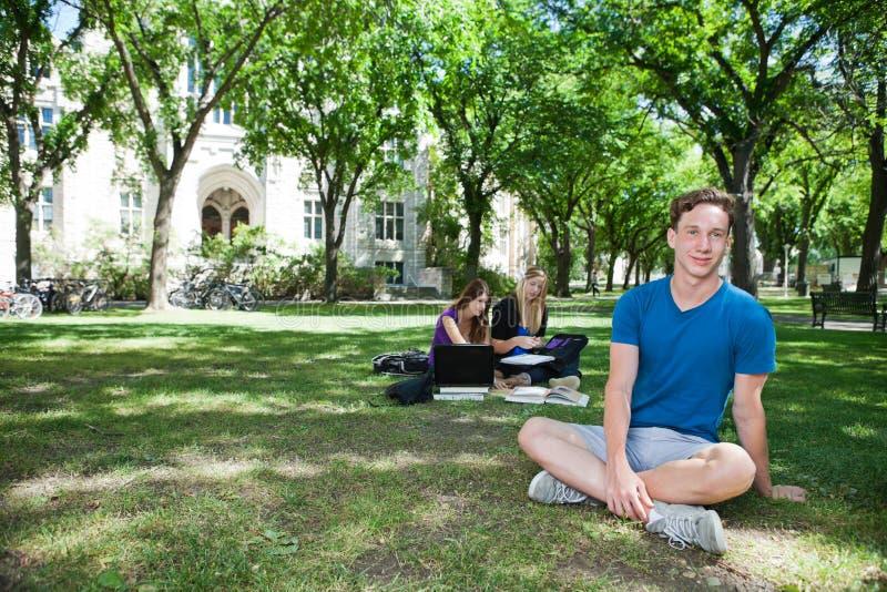 студенты группы коллежа кампуса стоковая фотография