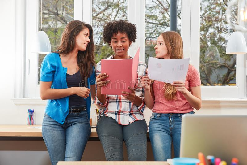 Студенты или подмастерья учат совместно в офисе стоковые изображения