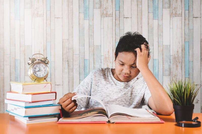 Студенты, испытывающие стресс, тяжело учатся с книгами в подготовке экзаменов, чувствуют себя подавленными стоковое изображение rf