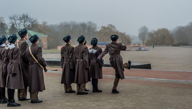 Студенты и солдаты маршируя и оплачивая дань стоковые изображения