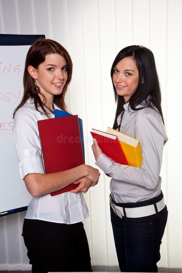 студенты коллежа женские стоковое фото