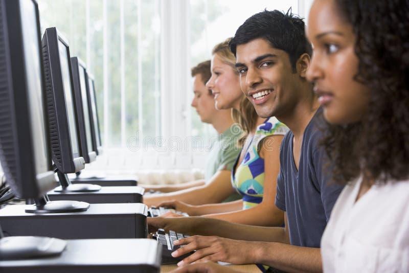 студенты лаборатории компьютера коллежа стоковое изображение rf