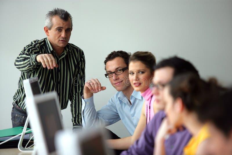 студенты лаборатории компьютера стоковая фотография rf
