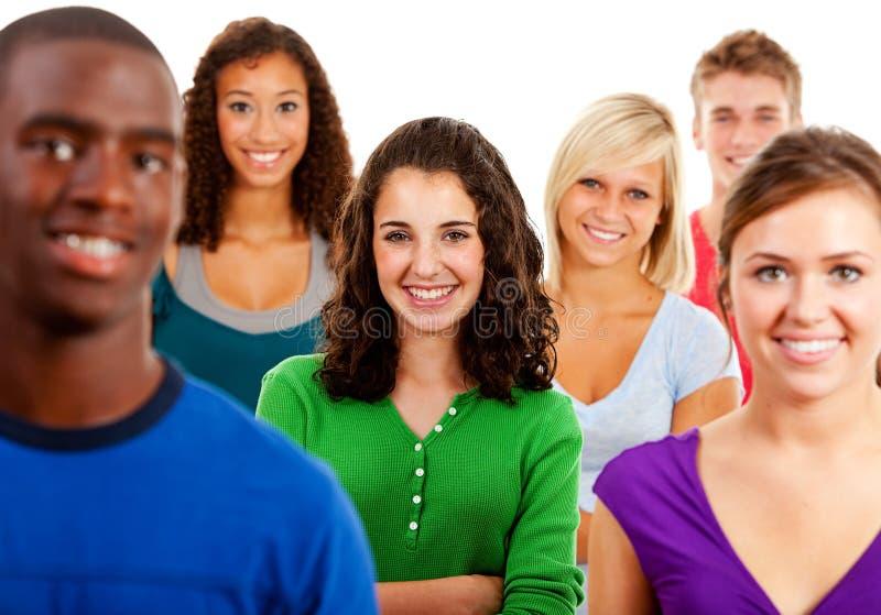 Студенты: Мульти-этническая группа в составе усмехаясь подростки стоковые изображения rf