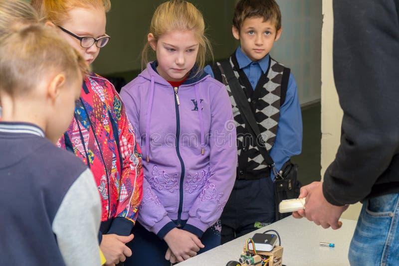 Студенты начальной школы смотря домодельную модель автомобиля стоковые изображения rf