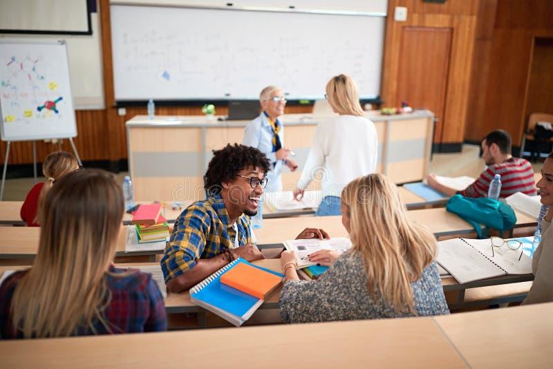 Студенты на учебном классе с лектором стоковое изображение