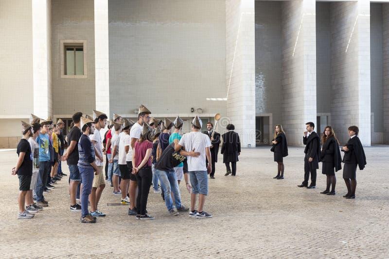 Студенты нося остроконечные бумажные шляпы во время их церемонии инициализации стоковые фото