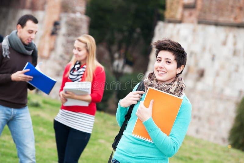 студенты парка коллежа многокультурные стоковая фотография