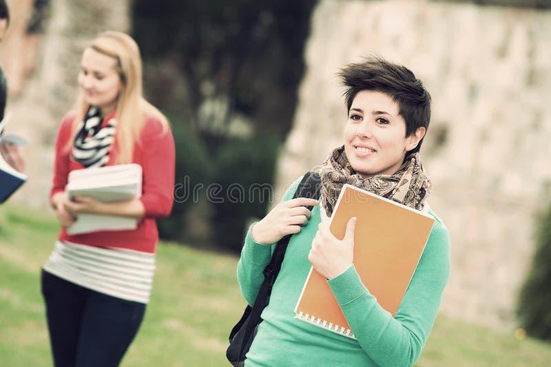 студенты парка коллежа многокультурные стоковое изображение