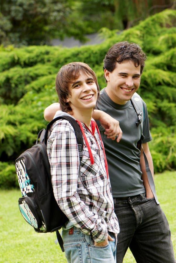 Студенты портрета счастливые молодые стоковое изображение rf