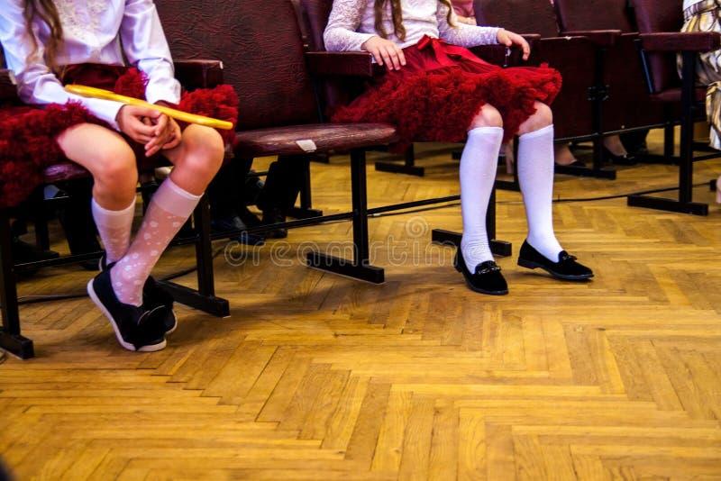 Студенты работая в танц-классе Представление танца в школе стоковое изображение