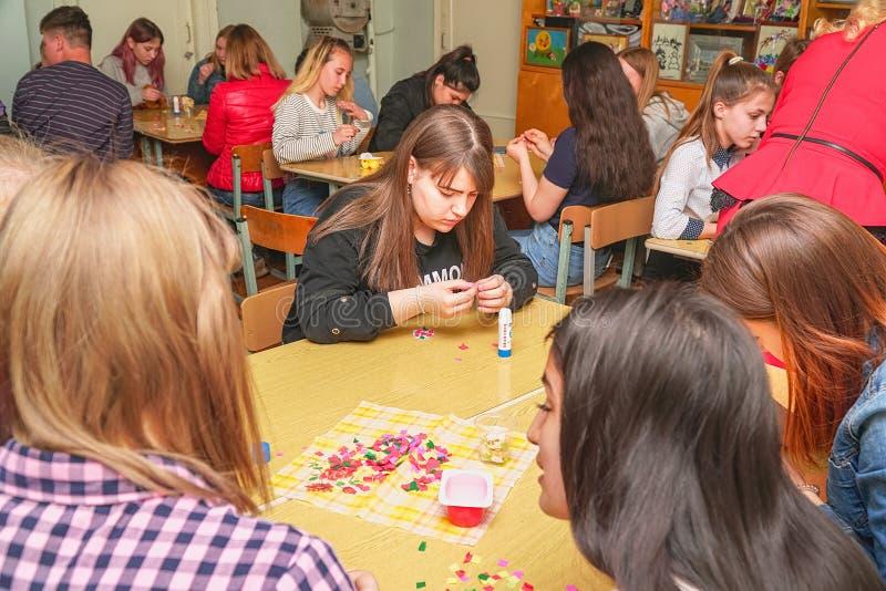 Студенты создают ремесла от бумаги стоковое фото