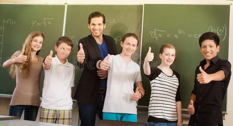 Студенты учителя мотируя в школьном классе стоковое фото