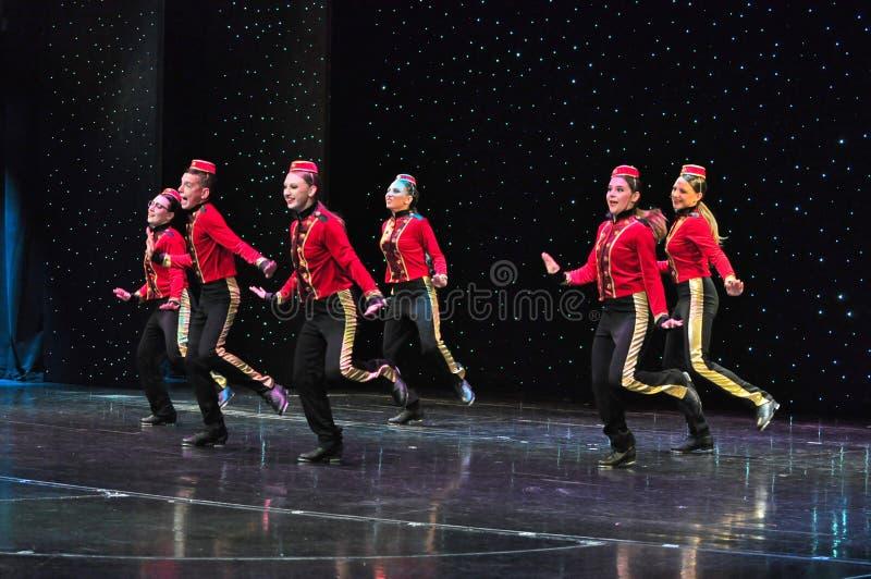 Студенты школы танцев на сцене стоковое изображение rf