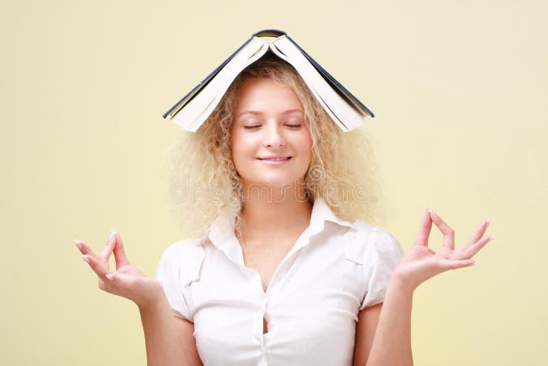 студент большой книги meditating стоковое изображение
