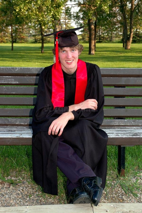 студент-выпускник мантии крышки счастливый стоковое фото