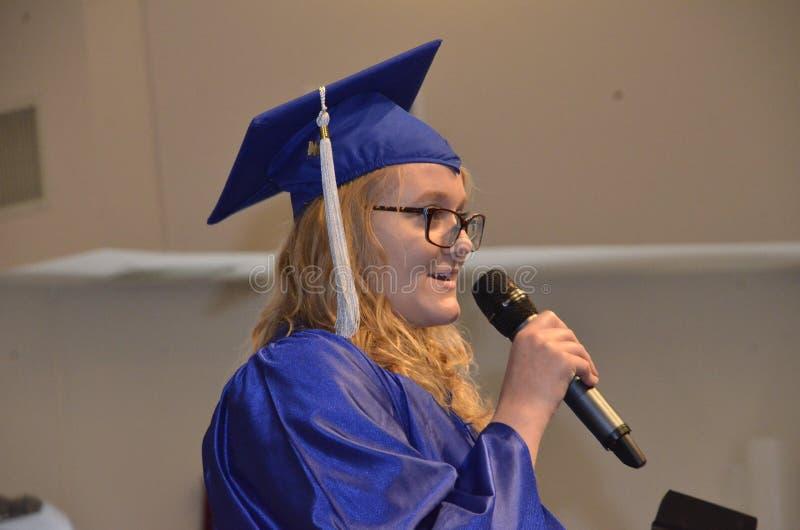 Студент-выпускник средней школы дает речь на ее градации стоковые изображения rf