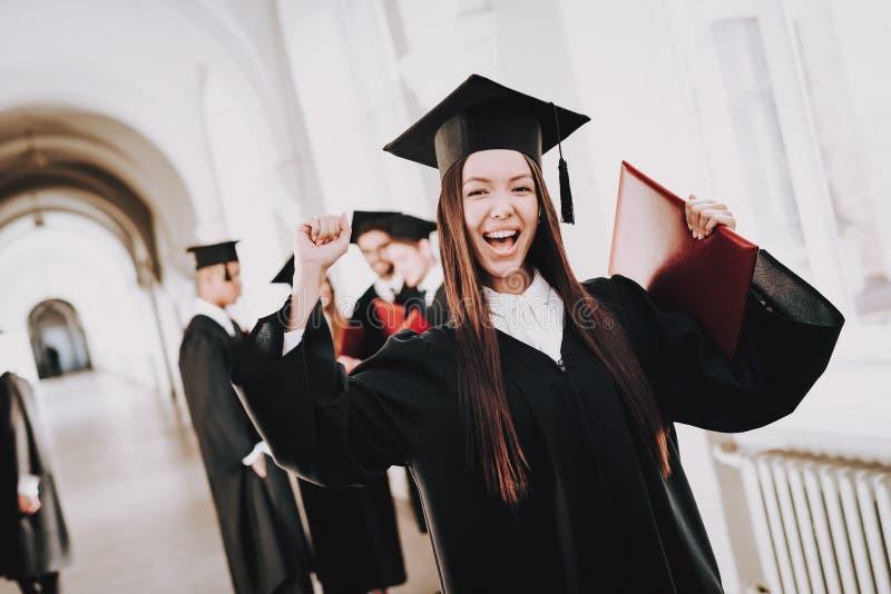 студент-выпускник Счастливый хорошее настроение азиатская девушка стоять стоковые изображения