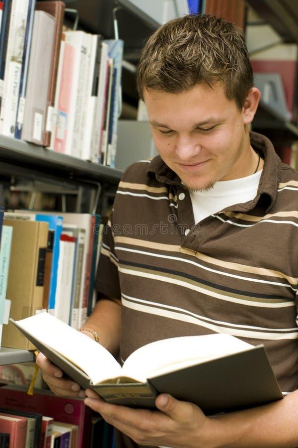 Студент в архиве стоковое изображение