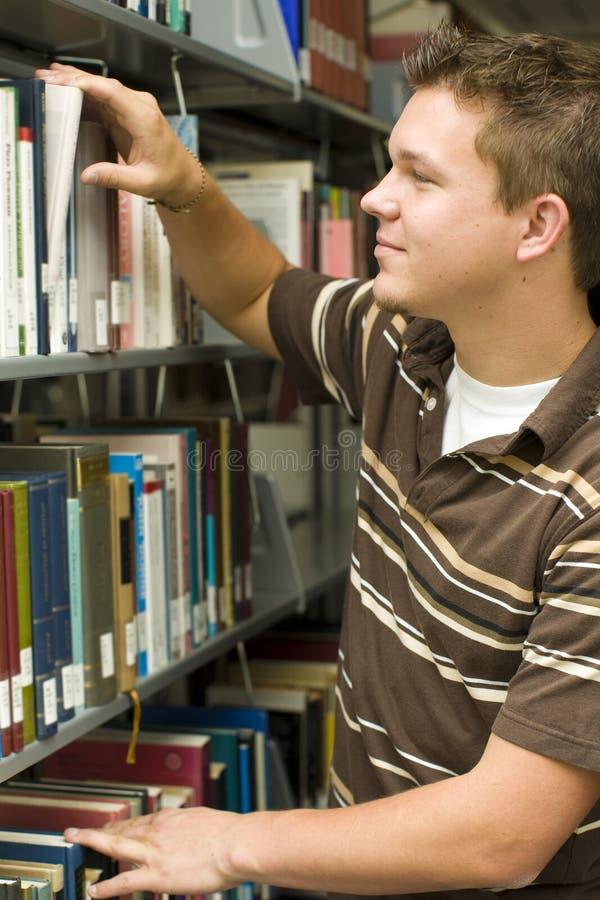 Студент в архиве стоковое изображение rf