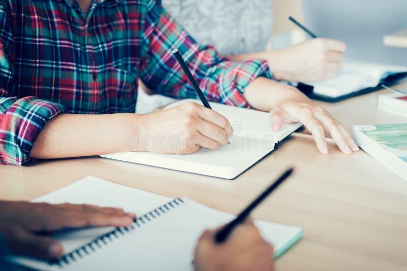 Студент делая домашнюю работу в библиотеке стоковая фотография rf