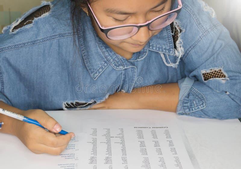 Студент изучая английский урок в классе стоковое фото rf