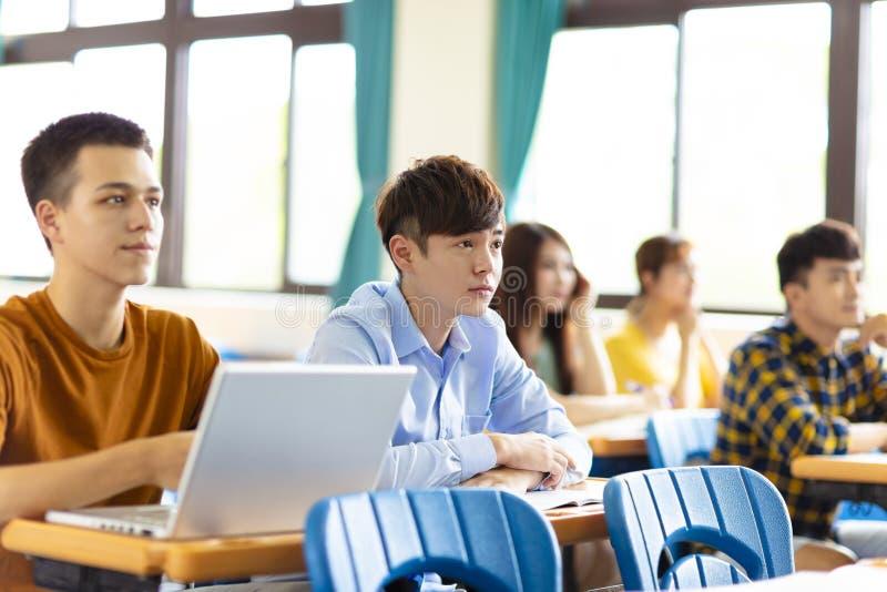 Студент колледжа изучая в классе стоковая фотография