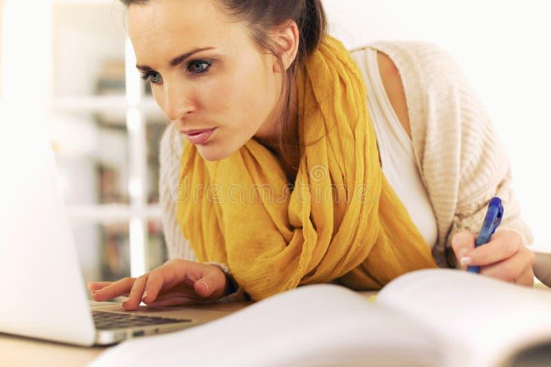 Студент колледжа используя интернет для того чтобы изучить стоковые изображения