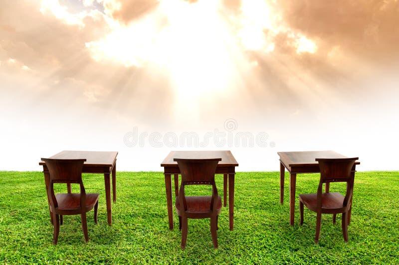 Студент комнаты типа на зеленой траве стоковая фотография