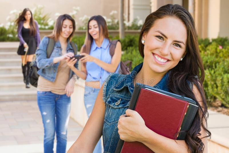 Студент маленькой девочки смешанной гонки с учебниками на кампусе стоковые изображения rf