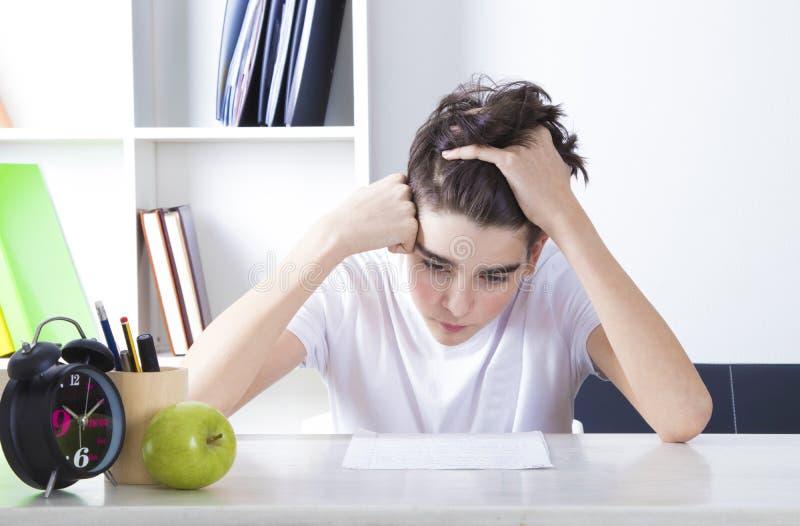 Студент на чтении стола стоковые изображения rf