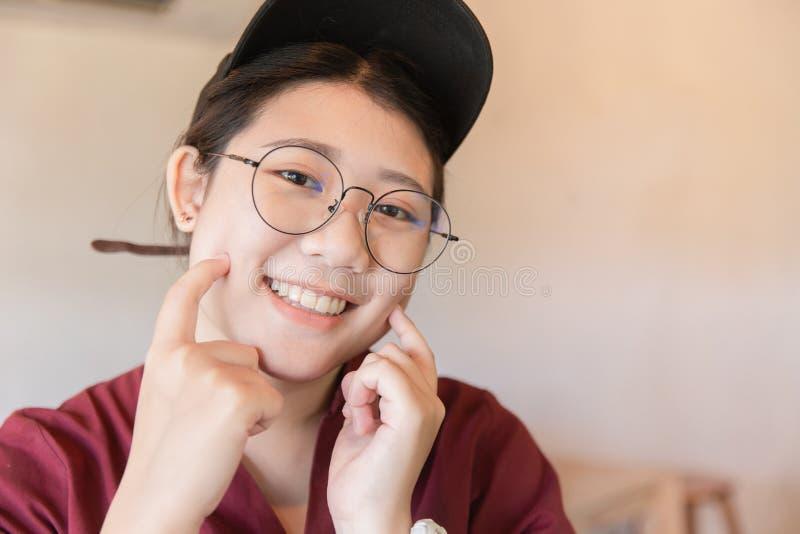 Студент пухлой толстенькой предназначенной для подростков милой белой улыбки зуба азиатский молодой с стеклами стоковое фото rf