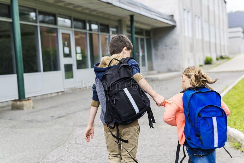 Студент пытая от идти школы задирая стоковая фотография rf