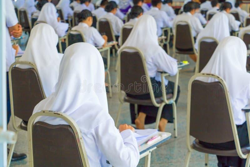 студент сидит университет класса стула в сельской местности для комнаты испытания образования и концепции грамотности выберите фо стоковое изображение rf