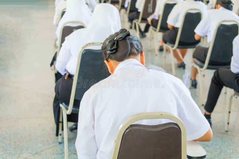 студент сидит университет класса стула в сельской местности для комнаты испытания образования и концепции грамотности выберите фо стоковые изображения rf