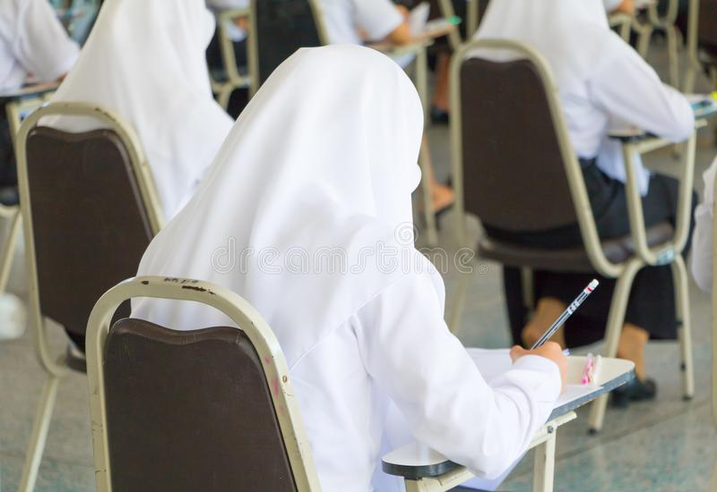студент сидит университет класса стула в сельской местности для комнаты испытания образования и концепции грамотности выберите фо стоковые изображения