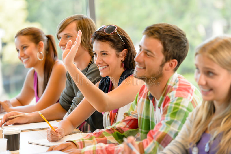 Студент средней школы поднимая ее руку в типе стоковое фото rf