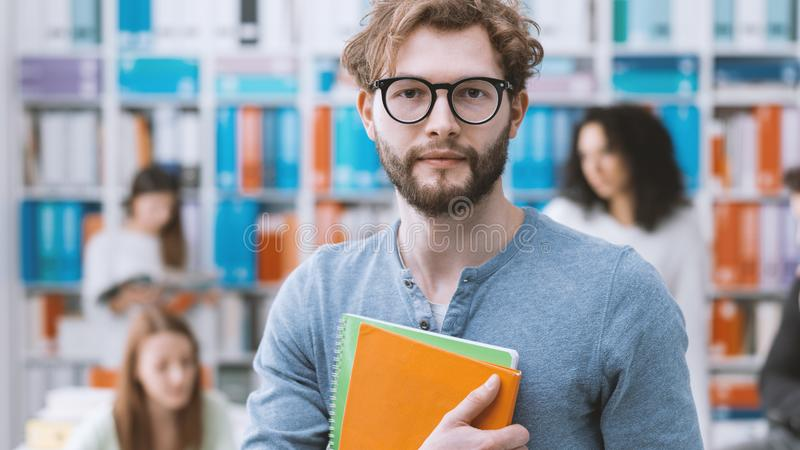 Студент университета хипстера держа тетради стоковое фото rf