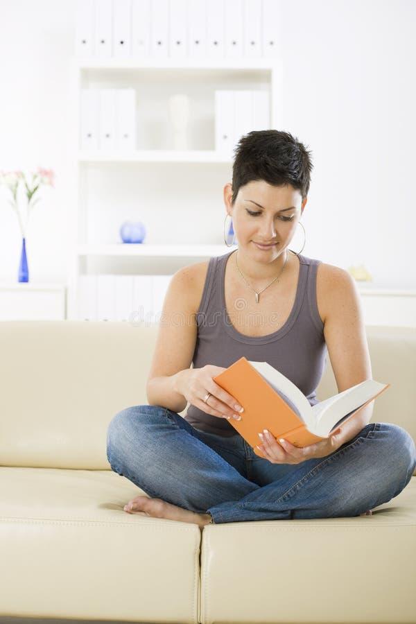 студент чтения книги стоковое фото rf
