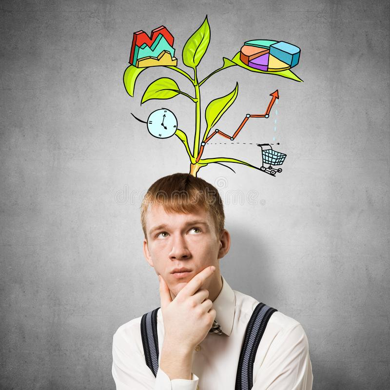 Студент Redhead смотрит задумчиво вверх стоковое изображение