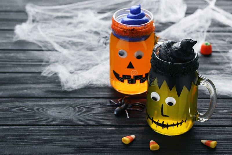 Студень хеллоуина в стеклянных опарниках стоковая фотография rf