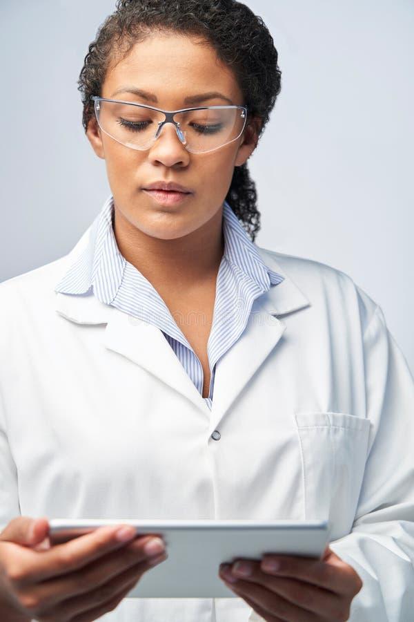 Студийный Выстрел Женского Лабораторного Техника, Работающего Ð¡ Цифро стоковая фотография