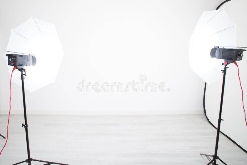 Студия настроенная со светами и белой предпосылкой стоковые изображения