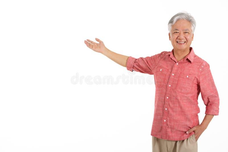 Студия сняла китайского старшего человека стоковые изображения rf