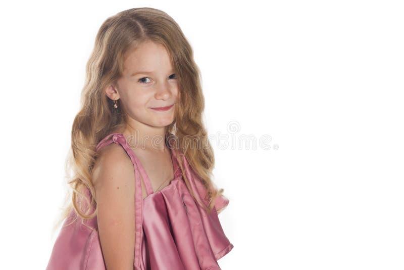 Студия сняла симпатичной маленькой девочки над белизной на портрете темы красоты и концепции моды симпатичной девушки стоковое изображение rf