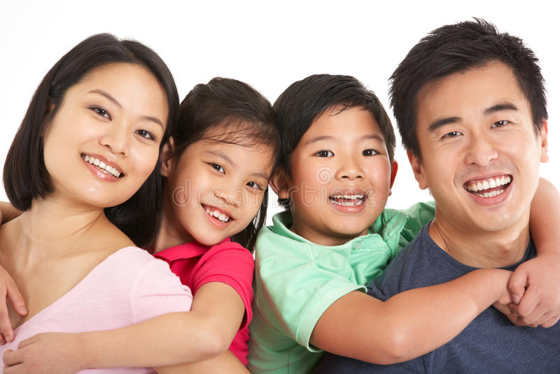 Студия снятая китайской семьи стоковые фото