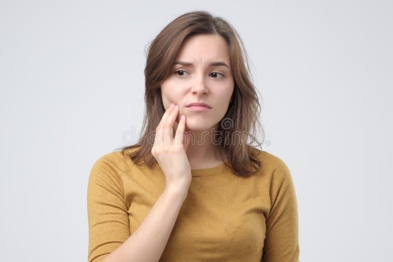 Студия снятая молодой женщины с болью зуба стоковая фотография