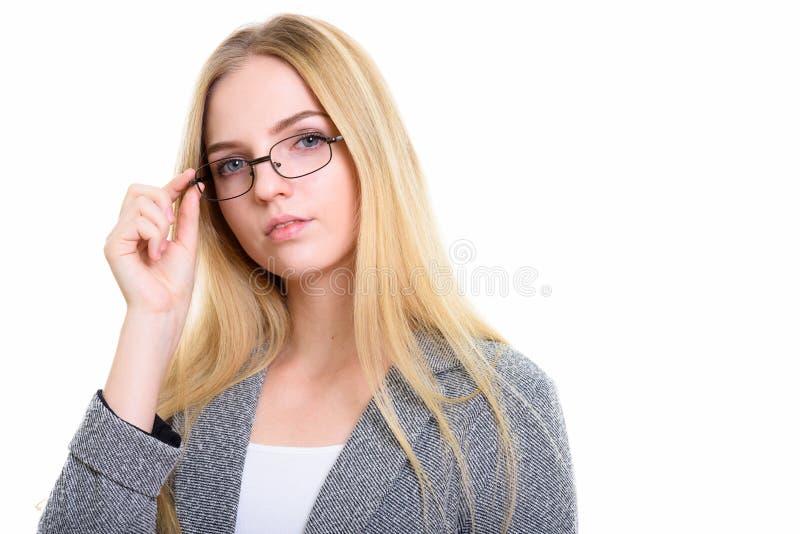 Студия снятая молодой красивой коммерсантки держа eyeglasses стоковое фото rf
