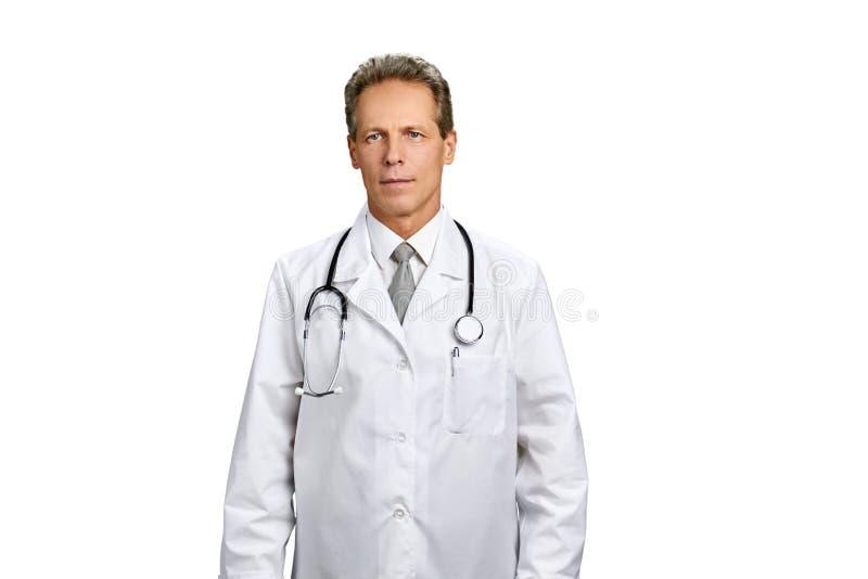 Студия снятая мужского доктора со стетоскопом стоковое фото rf